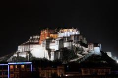 Potala slott på natten Royaltyfri Fotografi