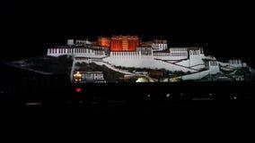 Potala vid natt arkivfoton