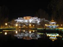 Potalaslotten på natten Arkivfoto