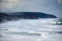 Potargana szorstka linia brzegowa z łamanie fala i białą wodą zdjęcie royalty free