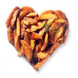 Potatis- eller sötpotatiskilar i en hjärta formar royaltyfria foton