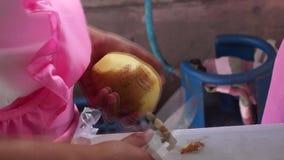 Potatis för grundskolaflickaskalning, som hon konkurrerar i årlig laga mat konkurrens stock video