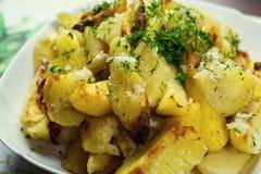 Potatis grillade potatisar Amerikanska potatisar med salt peppar och royaltyfri foto