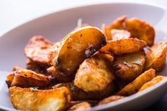 Potatis grillade potatisar Amerikanska potatisar med salta rosmarin a royaltyfri foto