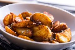 Potatis grillade potatisar Amerikanska potatisar med salta rosmarin a royaltyfria foton