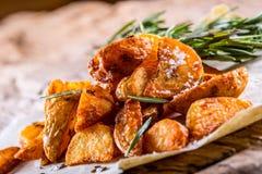 Potatis grillade potatisar Amerikanska potatisar med salta rosmarin och spiskummin Den grillade potatisen kilar läckert frasigt royaltyfria foton