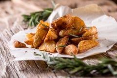 Potatis grillade potatisar Amerikanska potatisar med salta rosmarin och spiskummin Den grillade potatisen kilar läckert frasigt royaltyfri fotografi