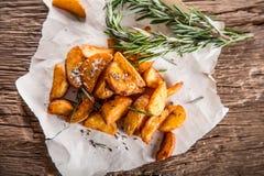 Potatis grillade potatisar Amerikanska potatisar med salta rosmarin och spiskummin Den grillade potatisen kilar läckert frasigt arkivfoto