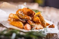 Potatis grillade potatisar Amerikanska potatisar med salta rosmarin och spiskummin Den grillade potatisen kilar läckert frasigt fotografering för bildbyråer