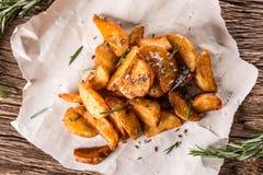 Potatis grillade potatisar Amerikanska potatisar med salta rosmarin och spiskummin Den grillade potatisen kilar läckert frasigt royaltyfria bilder