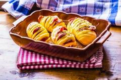 Potatis Grillar potatisar Husmanskost grillar potatisar Stekhet panna mycket av bakade potatisar som är välfyllda med lökar för b arkivbilder