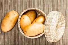 Potatis i wattled ask Arkivbilder