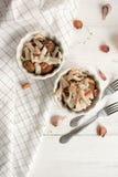 Potatis med calamarien och bacon arkivbild