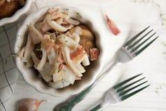 Potatis med calamarien och bacon royaltyfria bilder