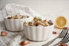 Potatis med calamarien och bacon arkivfoto