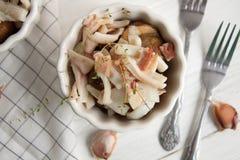 Potatis med calamarien och bacon arkivfoton