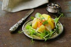 Potatis med gräddost arkivfoton