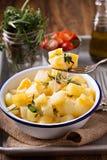 Potatis med ost och örter som är förberedda på ett galler royaltyfri foto