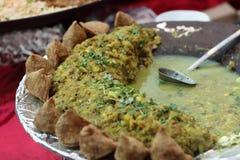 Potatis- och ärtacurry med samosa Royaltyfria Bilder