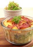 Potatispie med sallad royaltyfri foto