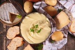 Potatis- och ostfondue arkivbilder