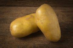potatis på gammalt trä arkivfoto
