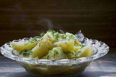 Potatis som l?tas sm?koka med gr?nsaker och ?rter Smaklig och n?ringsrik lunch arkivfoto