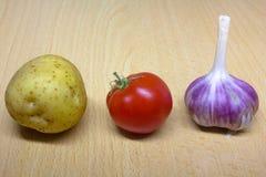 Potatis-, tomat- och vitlökcloseup royaltyfria bilder