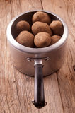 Potatisar i en gammal aluminum kruka Royaltyfri Fotografi