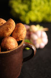 Potatisar i en lerakruka Fotografering för Bildbyråer