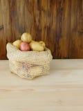 Potatisar i en säck Arkivbilder
