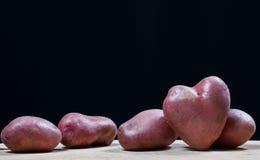 Potatisar i form av hjärta arkivfoton