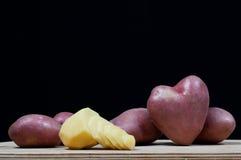 Potatisar i form av hjärta royaltyfria bilder