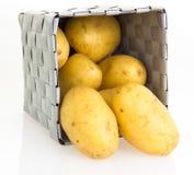 Potatisar i korg Fotografering för Bildbyråer