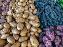 Potatisar och grönsaker som är till salu på en marockansk souk royaltyfria foton