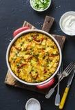 Potatisar och grönsaktortilla på en mörk bakgrund, bästa sikt Potatisar haricot vert, spanska peppar, gröna ärtor, ost, ägg cas royaltyfri foto