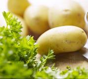 Potatisar på ett träbräde Arkivfoton