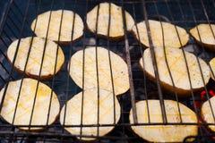 potatisar på gallret Royaltyfria Bilder