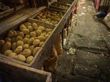 Potatisar sålde på det traditionella marknadsfotoet för den pasar mingguen som togs i jakarta indonesia Arkivfoto