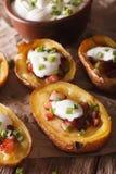 Potatisar som är välfyllda med ost-, bacon- och gräddfilnärbild ver Royaltyfria Bilder