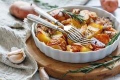 Potatisar som bakas med bacon och rosmarin royaltyfri fotografi