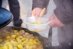 Potatisar som låtas småkoka i en kittel, utomhus royaltyfri bild