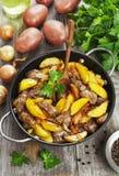 Potatisar som låtas småkoka med feg lever arkivfoton