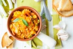 Potatisar som låtas småkoka med grönsaker, bästa sikt Arkivfoton