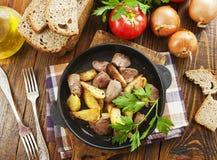 Potatisar som l?tas sm?koka med feg lever arkivbild