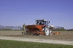Potatisar som planterar med traktoren Royaltyfria Foton