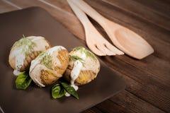 Potatisar tjänas som på maträtt med basilikasås och fänkål Arkivfoton