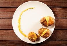 Potatisar tjänas som på maträtt med basilikasås och fänkål Arkivfoto