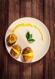 Potatisar tjänas som på maträtt med basilikasås och fänkål Royaltyfri Foto