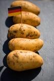 Potatisar tyska potatisar, med den tyska flaggan Fotografering för Bildbyråer